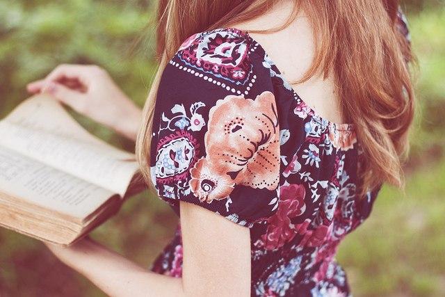Menina-lendo-sobre-o-Iluminismo