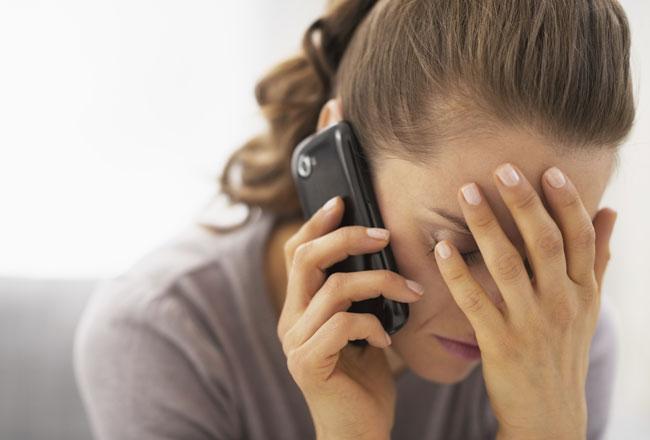 tristeza-mulher-telefone