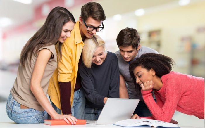equipe-de-estudantes-no-notebook-1080x675