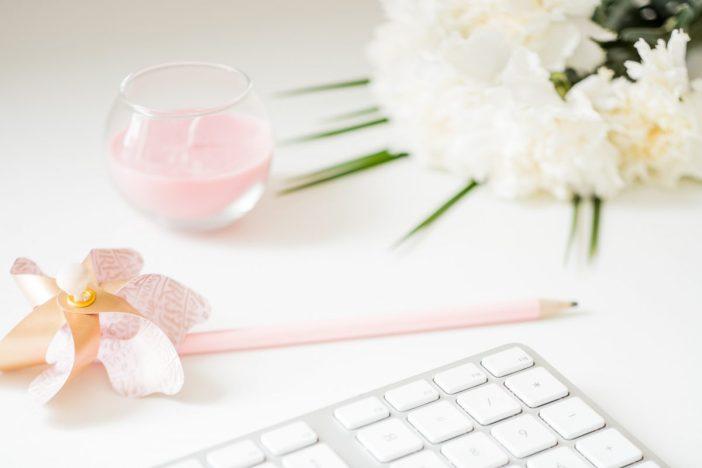 Nem sempre é fácil, para criar uma rotina de estudos em casa, é preciso dedicação, planejamento e algumas estratégias e técnicas que funcionam para todo mundo.Nesse post eu te ajudo a criar uma rotina de estudos em casa, produtiva e eficiente. #estudos #rotina #comocriarumarotinadeestudosemcasa #blogging