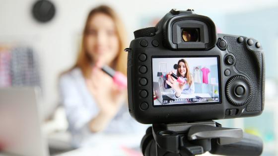 blogueira de moda e beleza gravando vídeo para youtube usando câmera profissional