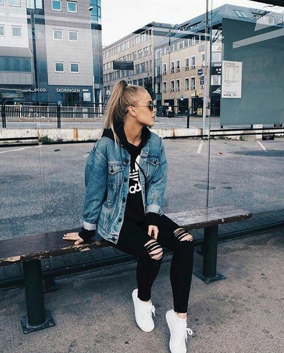 look tumblr de inverno com tênis branco e jaqueta jeans