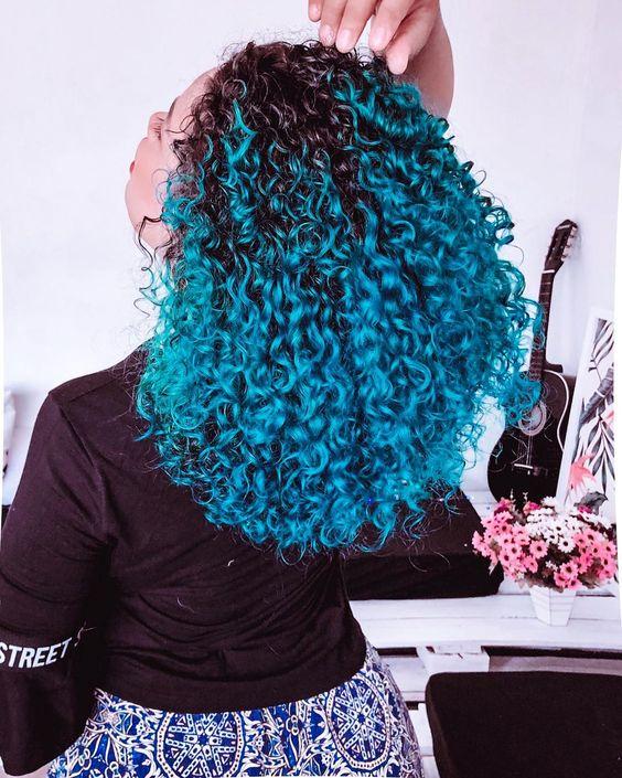 cabelo cacheado azul