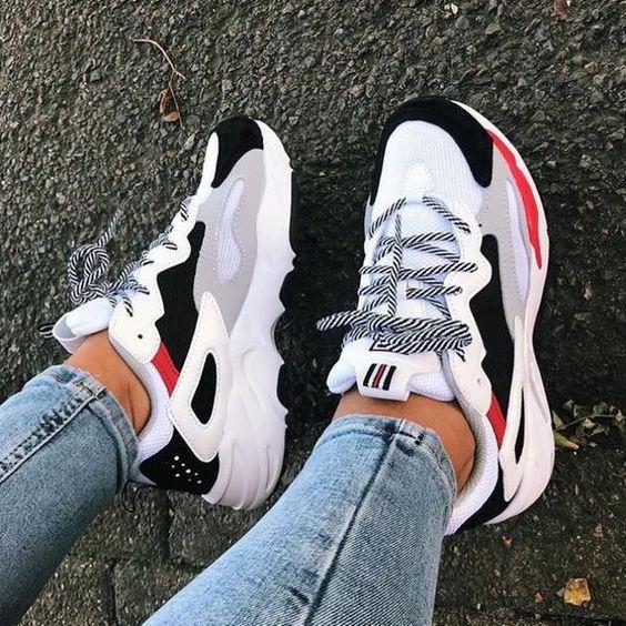 Tênis gigante conhecido com ugly shoes ou chunky sneakers o tênis grandão que está na moda confira look com esse estilo de tênis