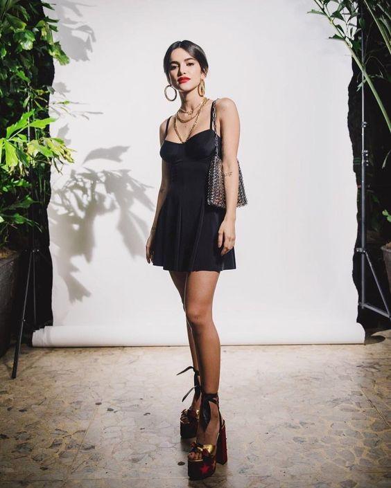 look da Manu Gavassi usando vestido preto