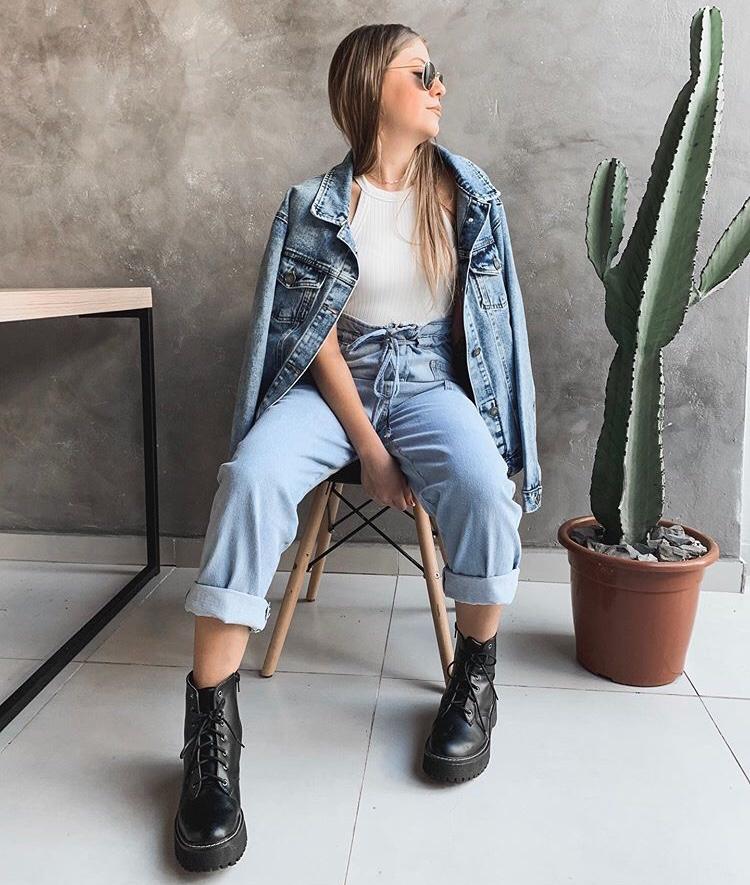 look -com-mom-jeans-coturno-jaqueta-jeans